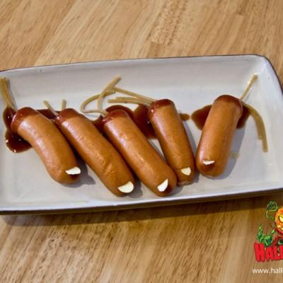 Mandelscheiben vorne einschieben und mit Ketchup auf einem Teller anrichten