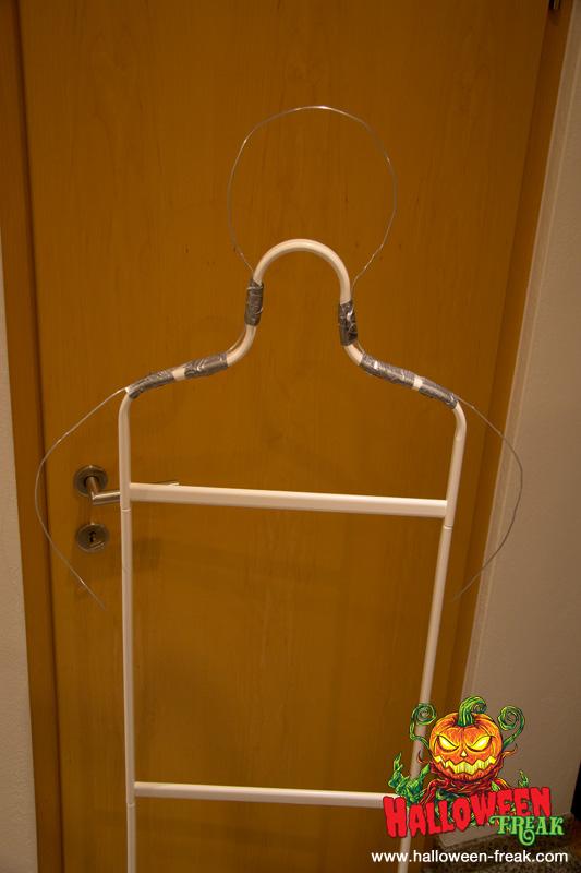 So sieht der Kleiderständer mit den gebogenen Körperteilen aus