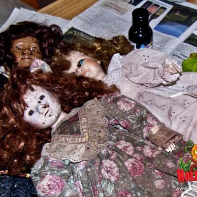 Zuerst habe ich die Puppen mit verdünnter Farbe eingesprüht