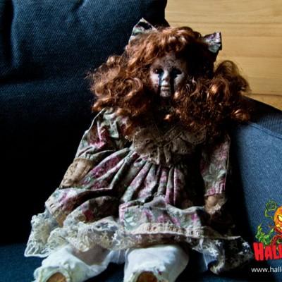 Die Puppe später perfekt platziert wikt sie sehr gruselig