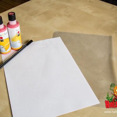 Für blutige Zeichen braucht ihr rote Fensterfarbe, eine Klarsichtfolie, ein Blatt Papier und einen Stift.