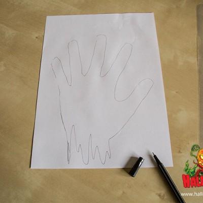 Paust eure Hand auf dem Blatt Papier ab und malt unten Bluttropfen hinzu.