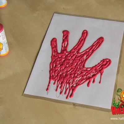 Füllt die Umrisse mit roter Fensterfarbe aus. Mit einem Pinsel malt ihr den inneren Bereich anschließend aus.