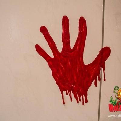 So wirkt der blutige Abdruck an einer Badfließe.