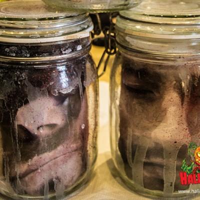 Gebt zum Schluss euer ausgedrucktes Gesicht in das Glas. Sieht doch echt gruselig aus ;)