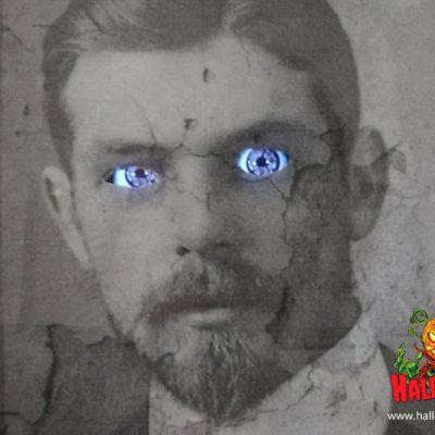 Das Smartphone wird in die Tasche gesteckt, sodass die Augen in perfekt in den Augenlöchern platziert sind.
