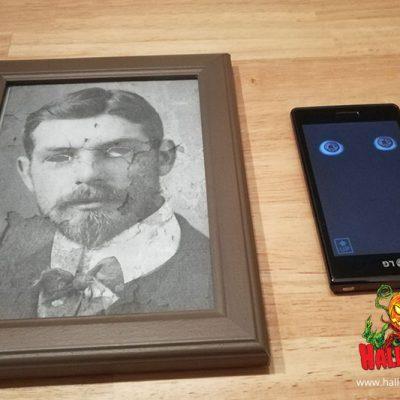 Das Foto mit den ausgeschnittenen Augen klebt man in den Rahmen. Die digitalen Augen werden auf dem Smartphone richtig platziert.